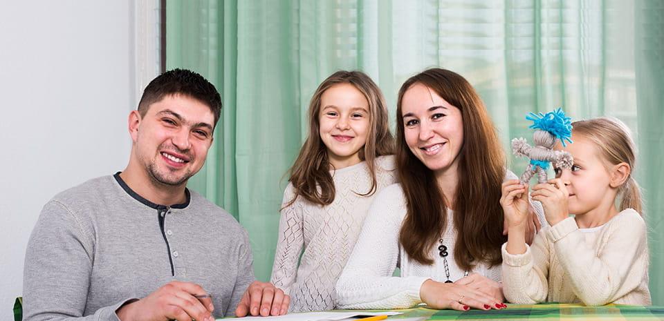 padres y sus dos hijas
