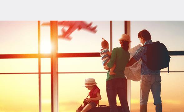 Familia esperando en un vuelo