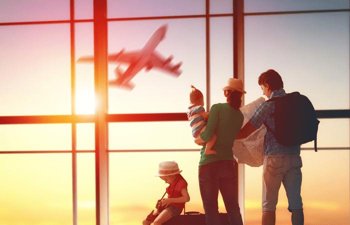 Familia esperando un vuelo